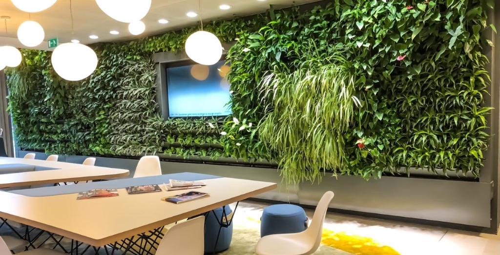 Plantenwand in bedrijfsruimte