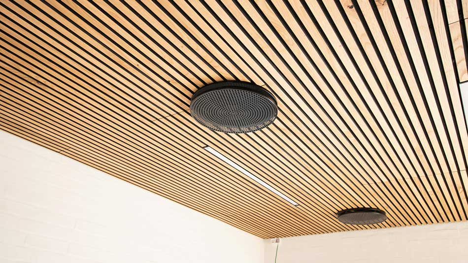 Akoestische panelen tegen het plafond