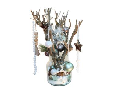 Glazen vaas gevuld met kerstdecoratie thema misty lake