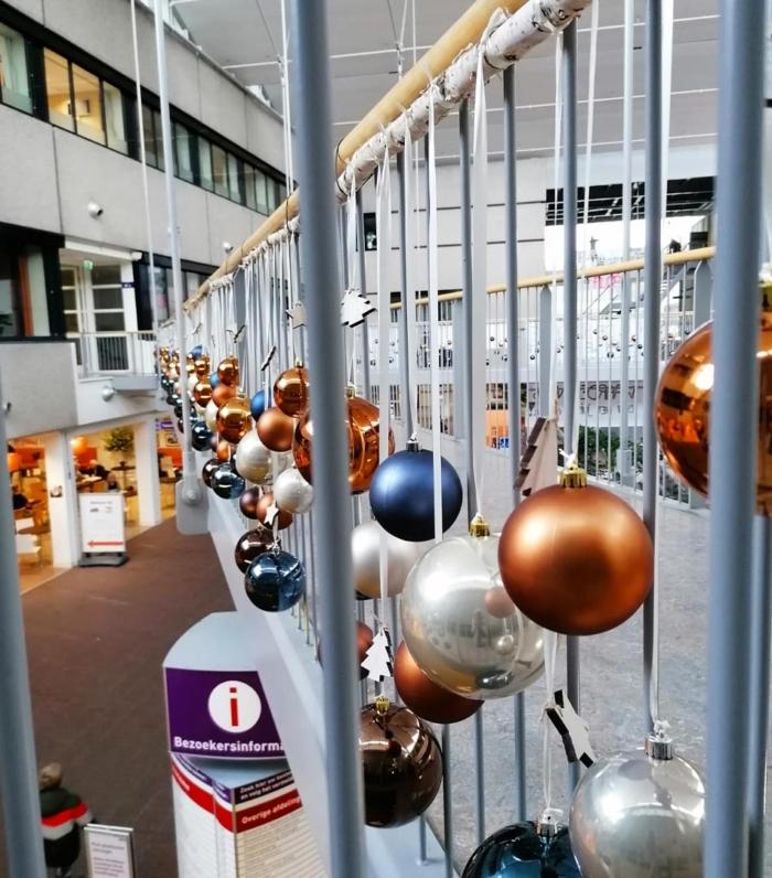 Kerstballen-aan-reling