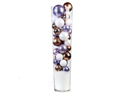 Glazen vaas gevuld met thema kerstballen huren bij Ten Brinke Interieurbeplanting