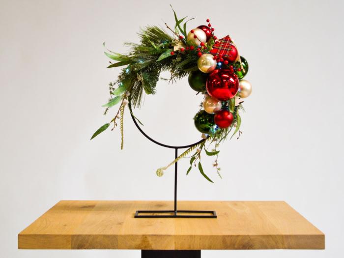 Kerstdecoratie-frame-rond-op-voet-scottish-blend