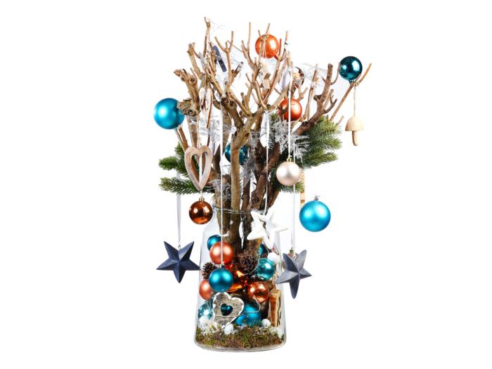 Glazen vaas gevuld met kerstdecoratie