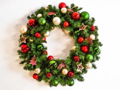 Gedecoreerde kerstkrans huren voor bedrijven