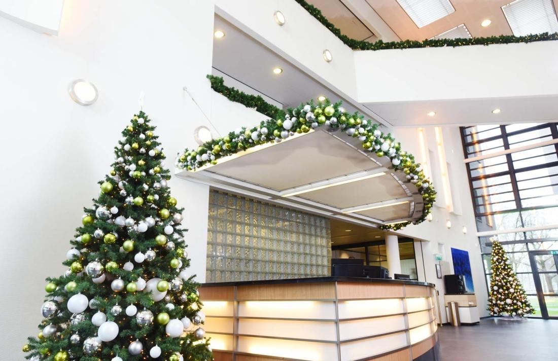 Kunstkerstbomen-met-groen-en-wit-kleurcombinatie-1100x712.jpg