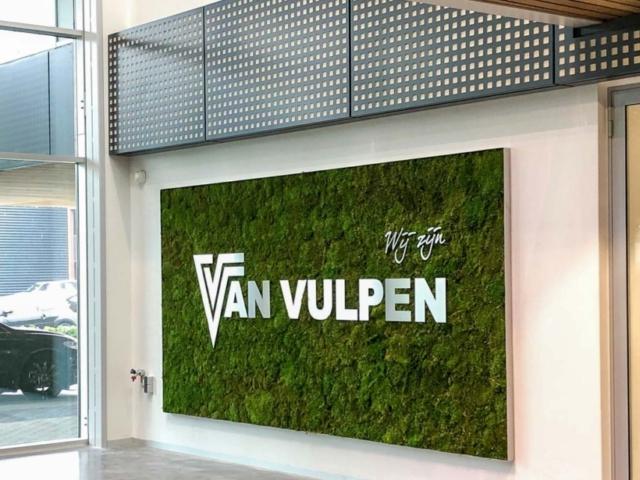Mosschilderij met RVS logo bedrijf