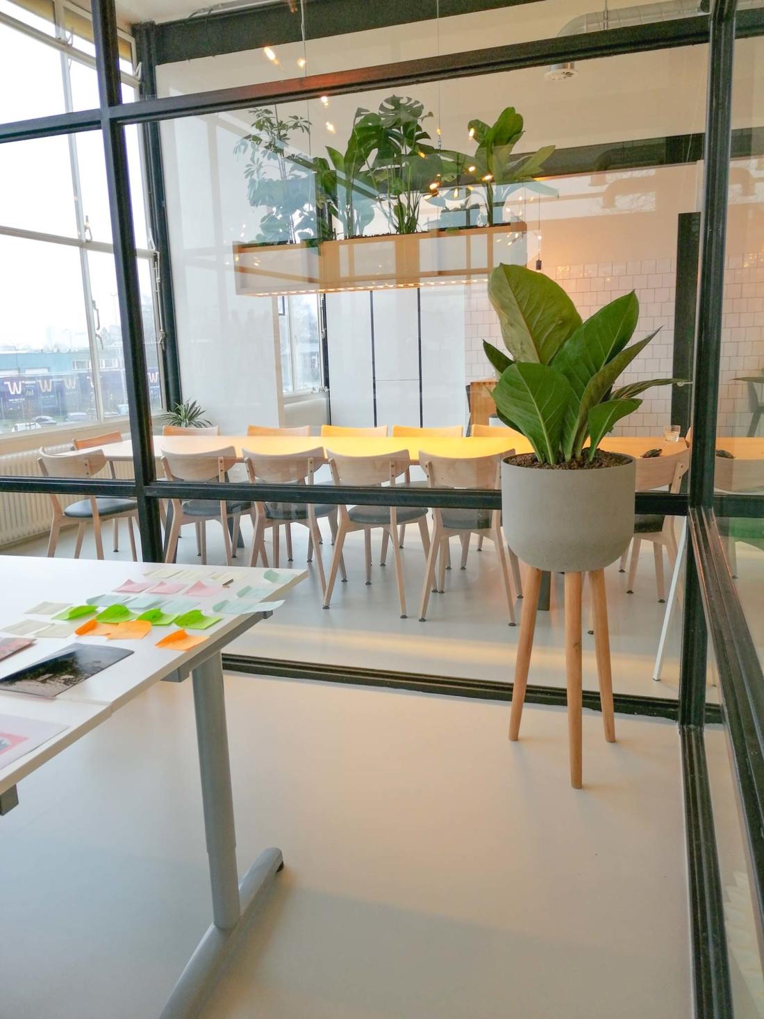 Plantenbak-met-houten-poten-kantoor-1100x1467.jpg